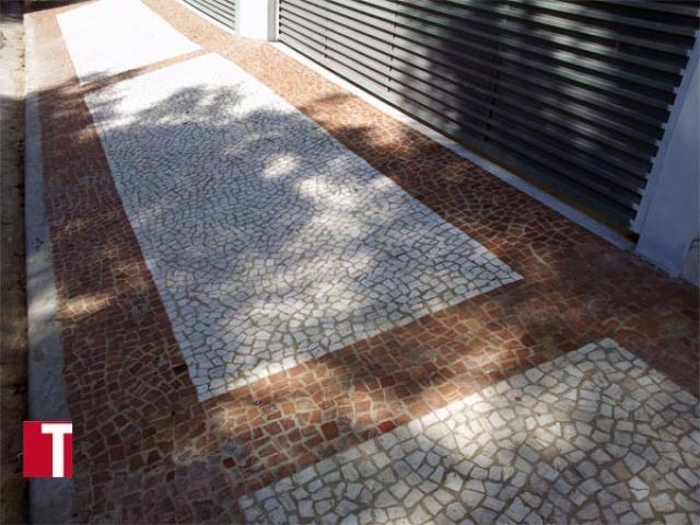 Calçada em Mosaico Português Branco e Vermelho