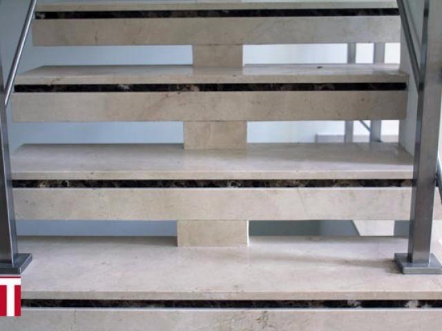 Escada em Mármore Crema Marfil com Filete decorativo em Mármore Marrom Imperial