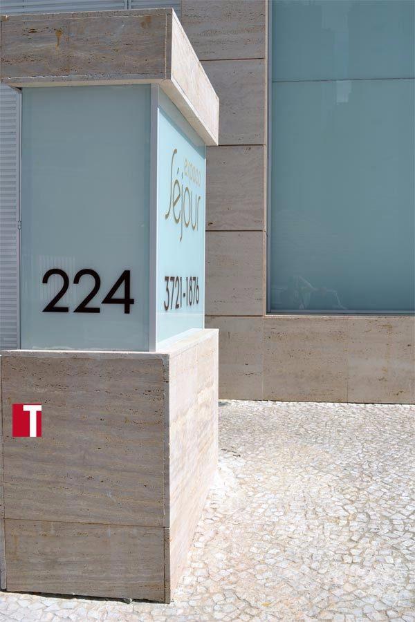 Fachada em Mármore Travertino Romano Bruto e Pedra Mosaico Português na Calçada