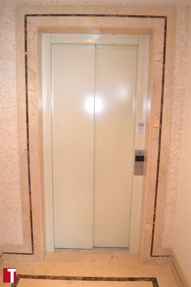 Hall de Entrada com Mármore Crema Marfil e Filete Decorativo em Mármore Marrom Imperial