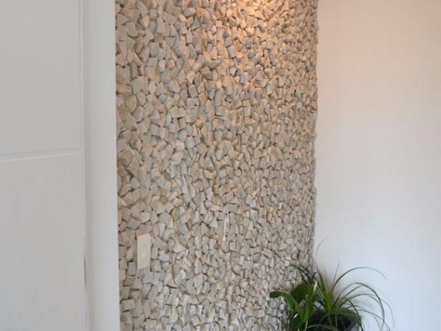 Hall de Entrada com Revestimento em Mosaico Português Branco