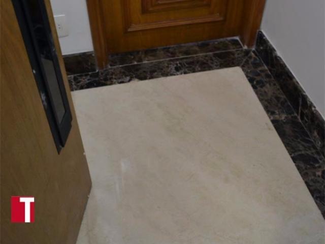 Hall de Entrada em Mármore Crema Marfil com Tabeira em Mármore Marron Imperial