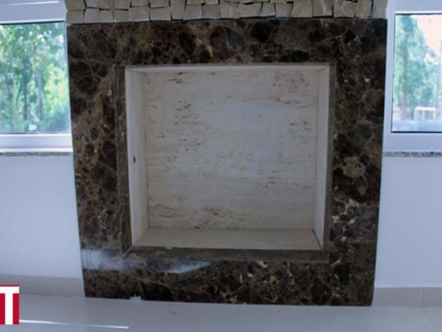 Lareira com Revestimento em Mosaico Português e Requadro em Mármore Marrom Imperial e Travertino Romano Bruto Interno