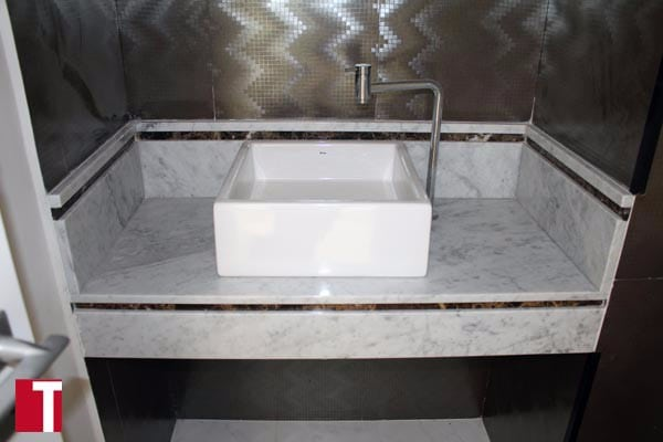 Lavatório em Mármore Carrara com Filete Decorativo em Mármore Marrom Imperial